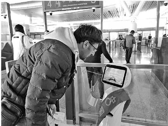 """自助通关10秒搞定 机器人答疑的杭州口岸越来越有""""国际范"""""""