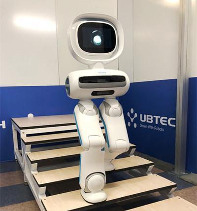 这个机器人能自由上下楼梯 但价格相当于一台中级轿车