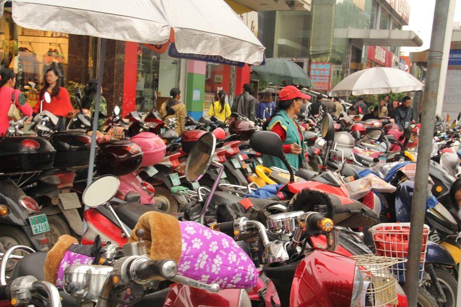 北京电动车停放乱象:楼道停放乱充电 电池无强制检修