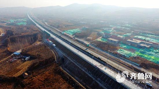 """能充电能融雪 国内首段""""太阳能""""高速公路通车啦"""