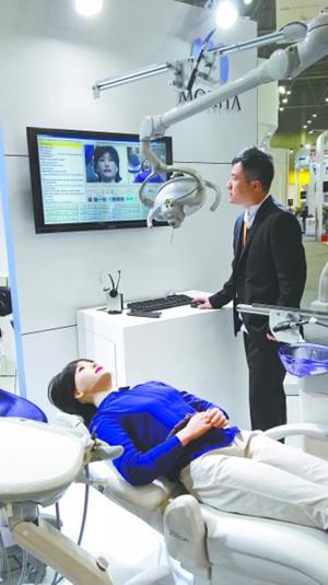 仿真机器人当起口腔教学老师