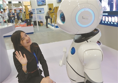 众多高科技产品亮相南京安防展 市民戴着VR眼镜体验逃生
