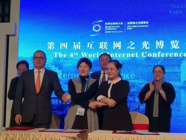 聚焦科技与慈善 小乔机器人亮相乌镇第四届世界互联网大会