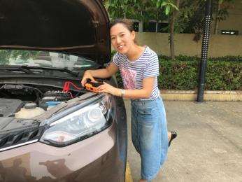 车辆没电可自救,美女亲自体验车丽安X810汽车应急启动电源