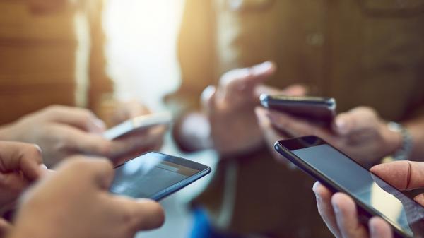 荣耀逆势登顶背后,智能手机行业的危机与转机