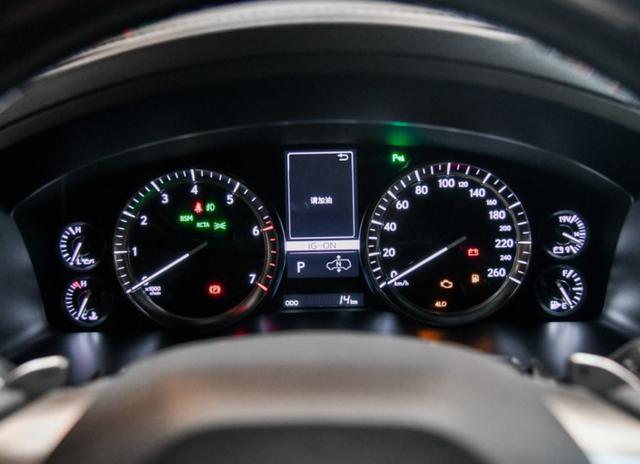 雷克萨斯LX570称豪华硬派越野车?V8自吸机头都拉不动,悬架软