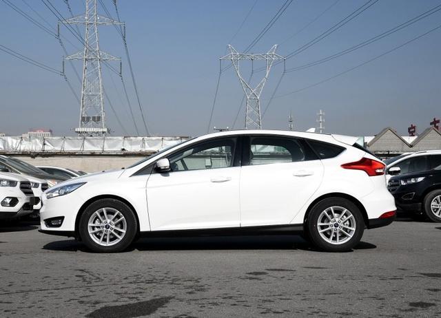 操控出色,福特福克斯被变速箱拖累?造车工艺差,无透镜卤素大灯