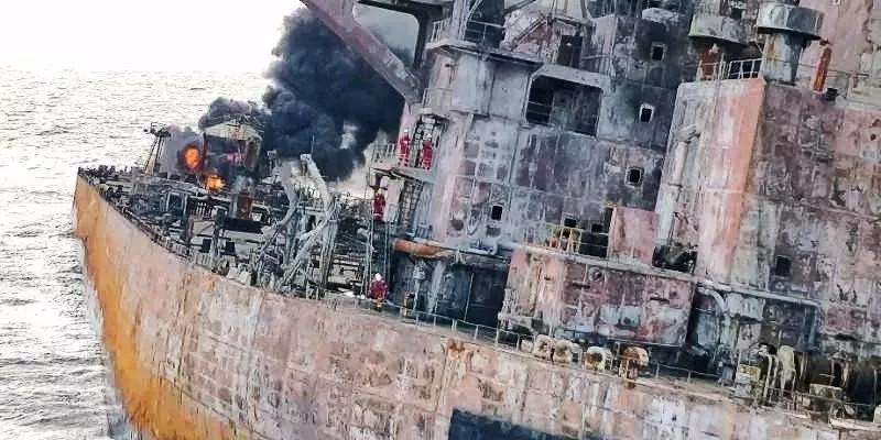 东海上油船爆燃,火光800米高 泄漏的油污染有多大?