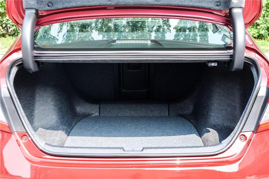 雅阁混动版全系支持后排座椅放倒,而凯美瑞混动版的高配车型由于支持