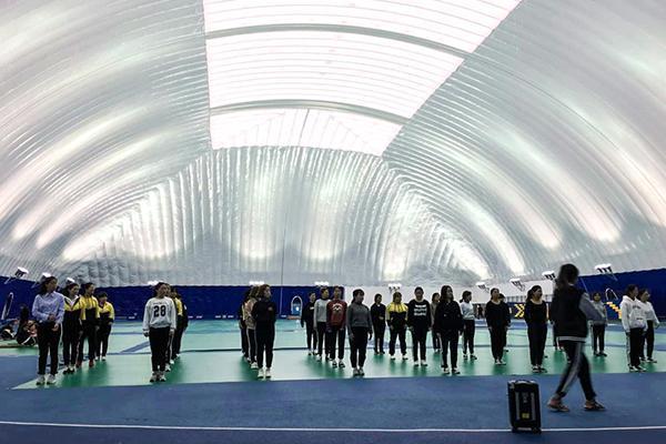 对雾霾忍无可忍,这所学校索性将跑道搬进了气膜体育馆