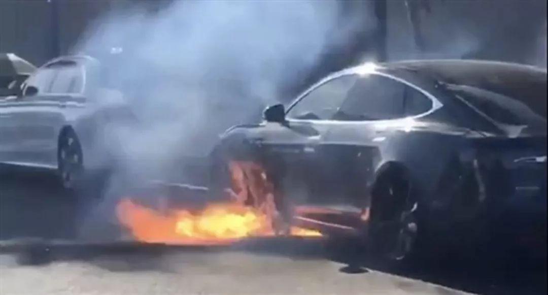 那么,电动汽车的电池在什么情况下会发生自燃呢?