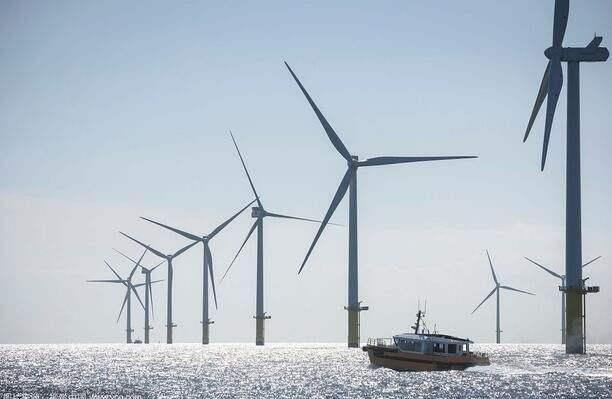 中節能陽江南鵬島300兆瓦海上風電項目吊裝首臺風機