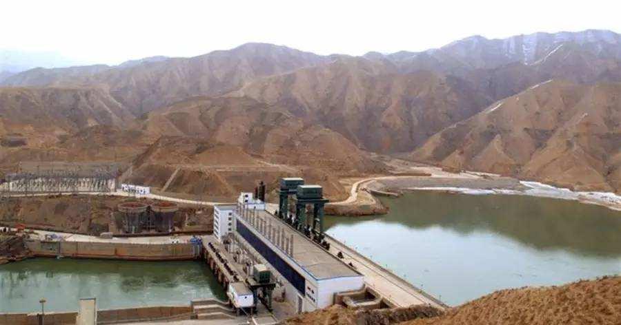 黄河年夜峡水电站2号机组转轮吊装完成