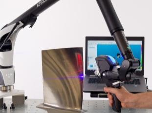 图片包含 物体, 桌子, 电脑, 男人描述已自动生成