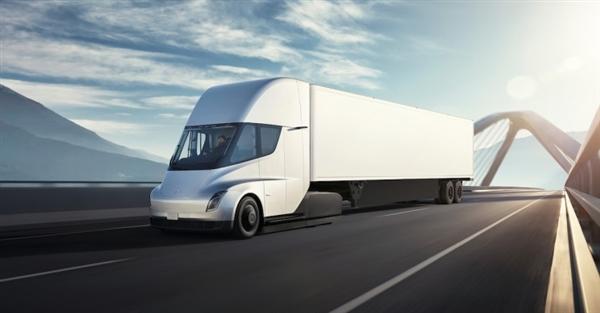 前脸科幻!特斯拉的电动卡车Semi现身:能跑966公里
