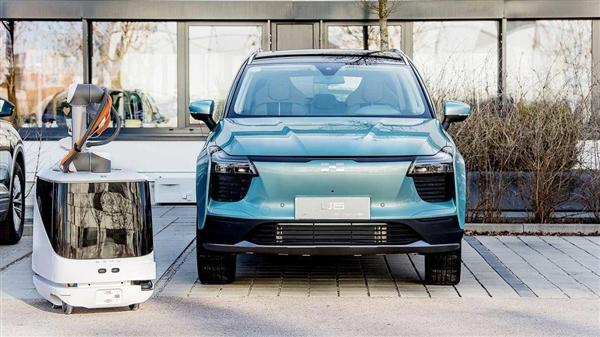 """行走的大号""""充电宝""""!爱驰汽车研发会自动找车充电的机器人"""
