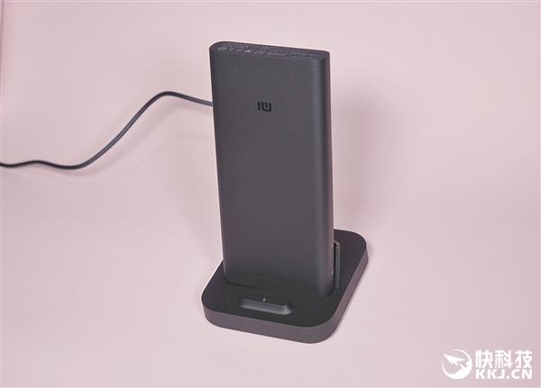 小米无线充电宝30W图赏:秒变立式无线充电器
