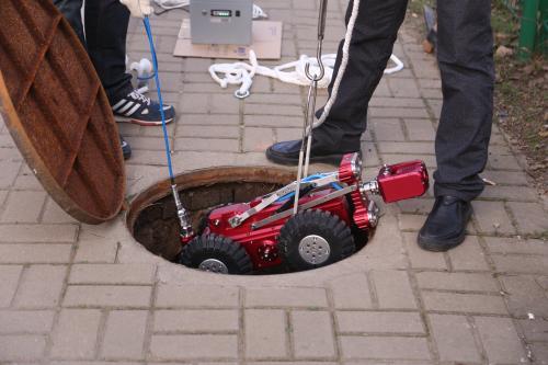 """管网养护用上管道机器人 雨水管提前""""清肠"""