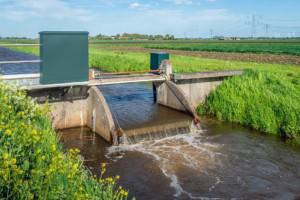 超声波传感器用于测量闸门的水位以控制灌溉用水的分布解决方案