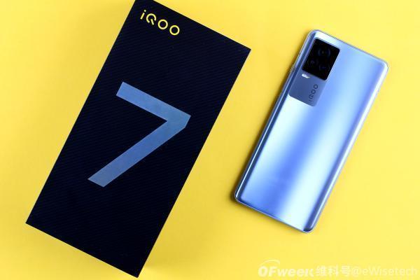 iQOO 7开箱:免费赠送120W充电器,沉甸甸的包装