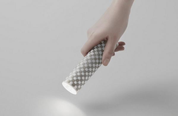 日本人穷到用卷纸做手电筒,却意外获得百万少女支持