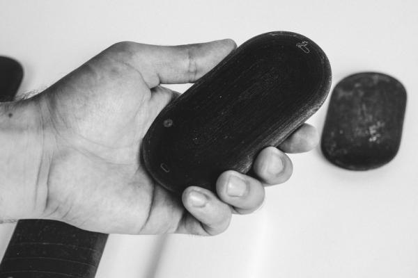 有些石头,盘着盘着就成了一部手机...