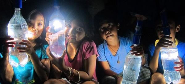 在不通电的情况下,如何将一瓶水变成一盏灯?