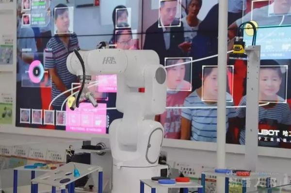 AI 芯天下 | 世界机器人大会:工业机器人成主角