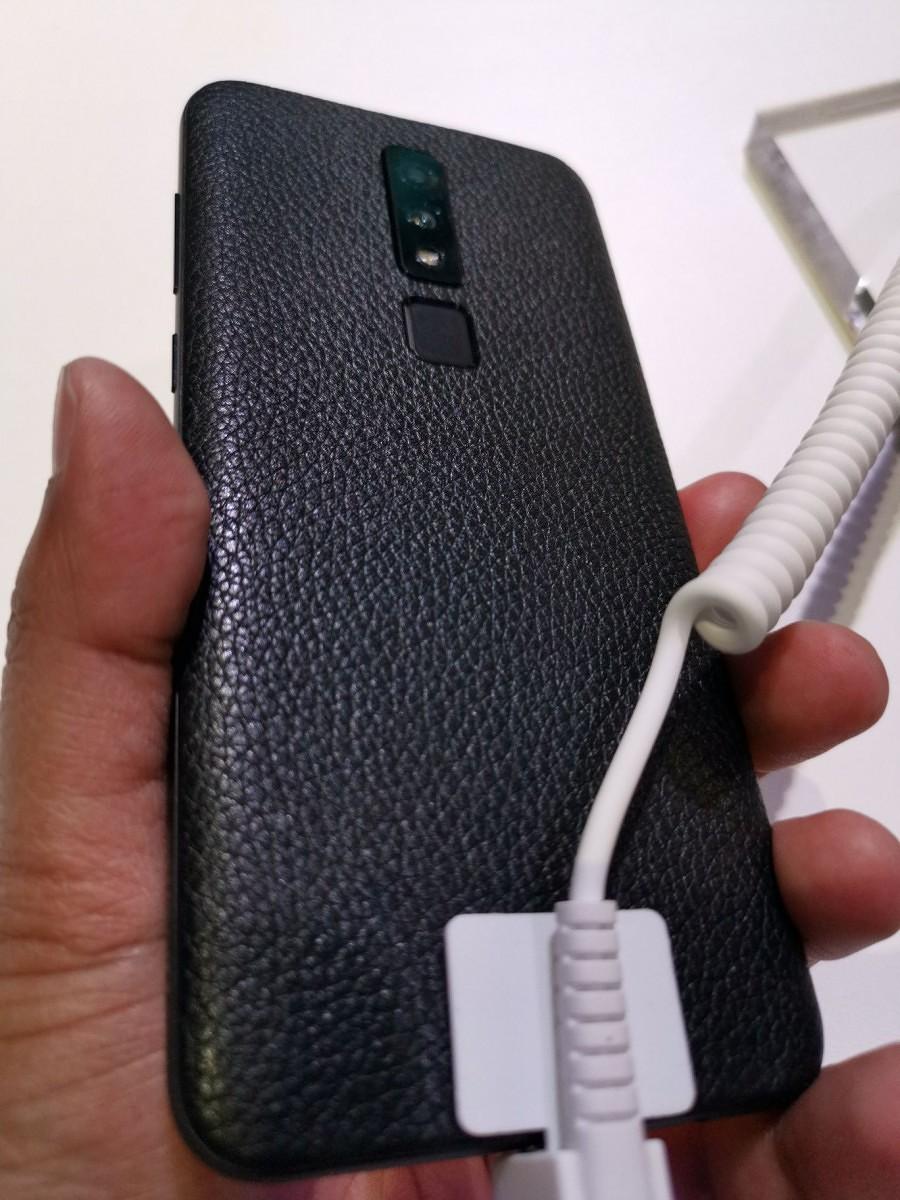 海信挖孔全面屏手机亮相,小米不屑使用挖孔技术