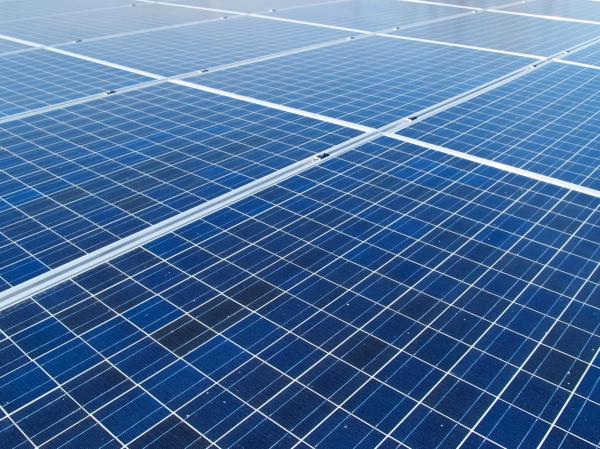 美国能源公司在太阳能项目上附加电池储能的挑战