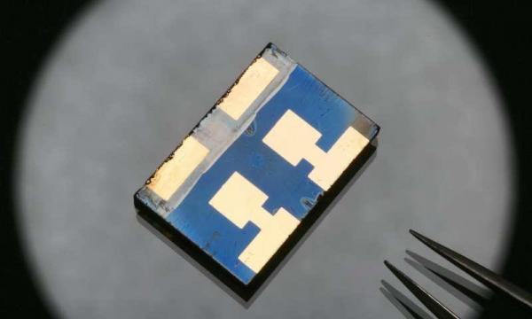 美国研发压力辅助技术可提高钙钛矿太阳能电池的效率