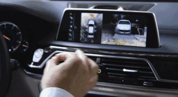 奥迪首款纯电动SUV内饰融入6块大屏 中控屏占据3块