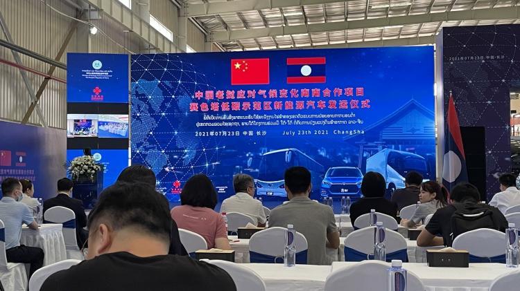 中国老挝南南合作项目:28辆比亚迪新能源汽车正式发运老挝