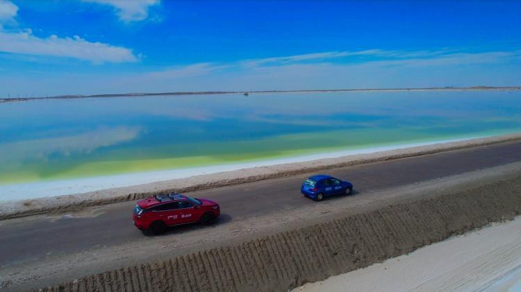 湖天一色!行驶在察尔汗盐湖的万丈盐桥上