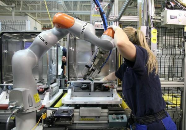 世界各地工厂中运行的工业机器人数量达创纪录水平