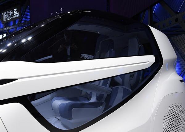 这款丰田车长2米5,轴距才1米8,配备鸥翼门却没有方向盘