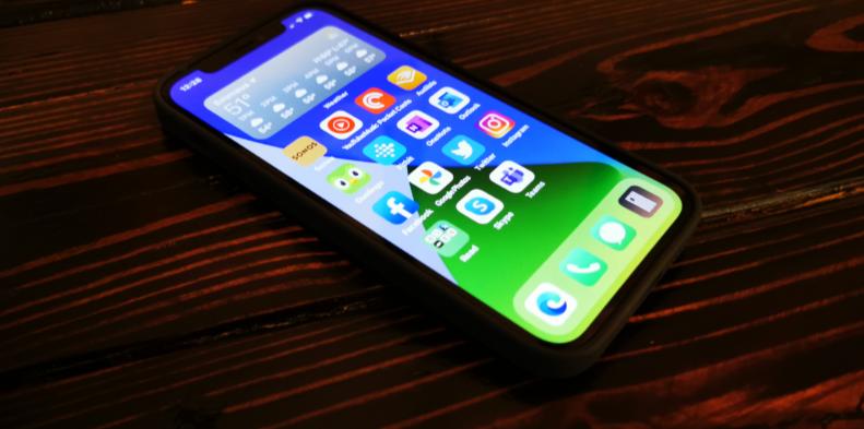 再见了,iPhone充电接口?最少再等一年!