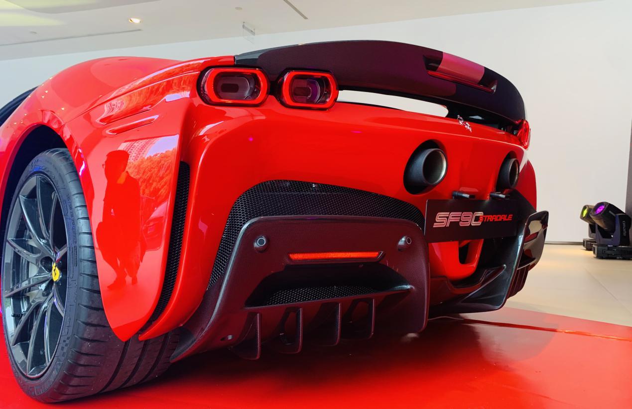 法拉利旗下首款插电混动跑车SF90 Stradale登陆山城重庆