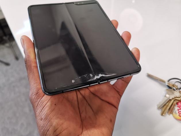三星Galaxy Fold折叠屏手机未售先坏?多家媒体表示屏幕存在易碎问题