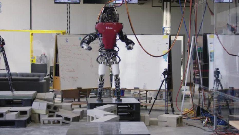 波士顿动力双足机器人完成超难度行走测试,走的比人类还好!