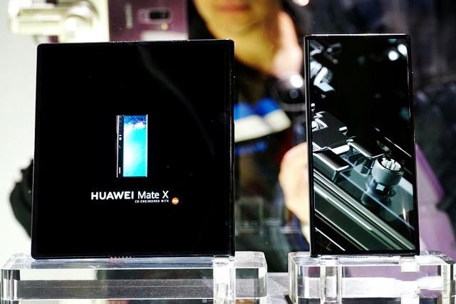 华为Mate X现场实拍:或许是目前最强大的折叠手机设计